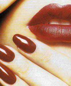 unghie con bocca rosse